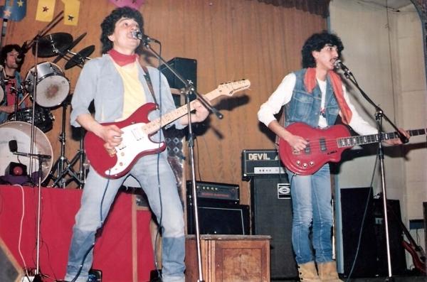 1984-03-18 İstanbul Tepebaşı Konseri Davulda Kamil Özaydın Bas Gitarda Ümit Altın Vokal Gitar Serdar Çokuslu