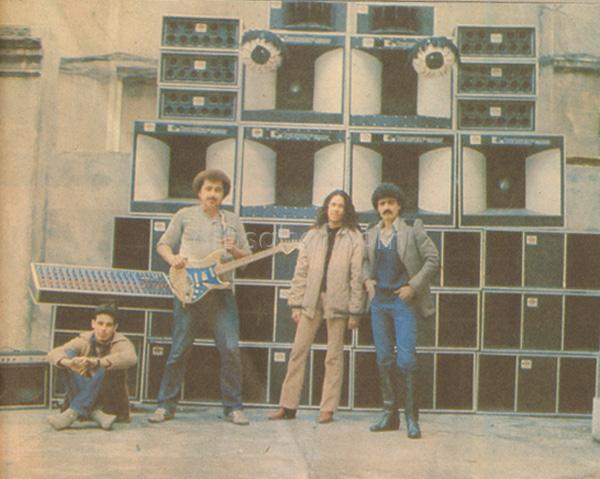 Asım Can Gündüz ve Egzotik Band Godzilla önünde
